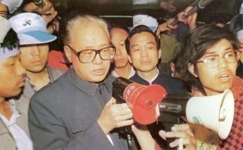 """Triệu Tử Dương nói chuyện cùng sinh viên vào ngày 18.5.1989 tại quãng trường Thiên An Môn: """"Tôi đến quá trễ"""" (hình AFP)"""