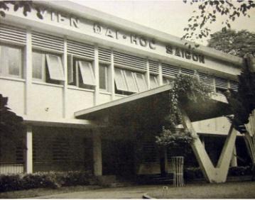 Viện Đại học Sàigòn trước năm 1975 , đầu đường Trần Quý Cáp ( nay là Võ Văn Tần), gần bùng binh Hồ Con Rùa