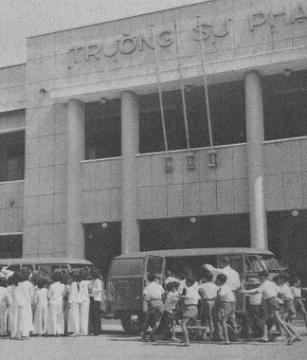 """rường Sư Phạm Sàigòn, phía trong nữa là trường Đại học Sư Phạm Sàigòn. Bên trong trường treo bảng lớn : """"Lương Sư Hưng Quốc"""""""