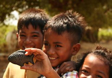 """Đem nấu canh """"con cá sắt may mắn"""" này (Lucky Iron Fish) đã giúp trẻ em và phụ nữ trẻ em ở Kampuchia khỏi bệnh thiếu máu do thiếu sắt"""