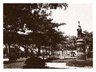 """Tượng """" Nữ Thần Tự Do"""" ( Bà Đầm Xòe) tại vườn hoa Neyret ( Vườn hoa Cửa Nam ngày nay) tại Hà Nội"""