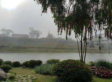 Tháp chuông Lycée Yersin nhìn từ quán Bích Câu, Đà lạt