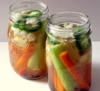 Phèn chua làm vách tế bào của trái cây, rau quả cứng và dòn hơn, nên thường được để muối dưa, rau củ quả, hoặc làm mứt
